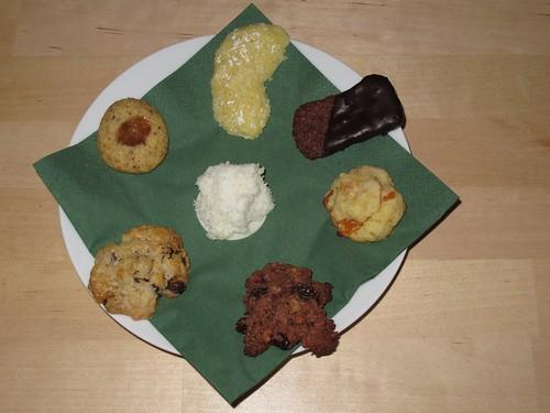 Selbstgebackene Weihnachtsplätzchen: Vanillekipferl, Leckerli, Aprikosen-Marzipan-Kleckse, Studentenkekse, Hafertaler, Nusslinge, Kokosmakronen