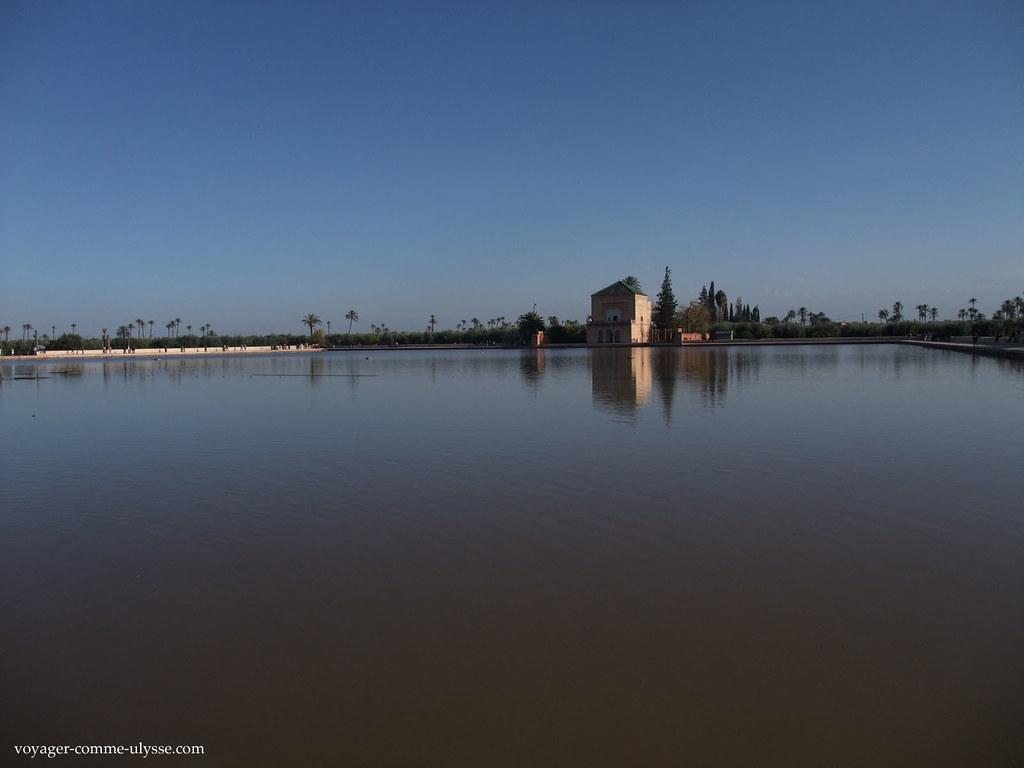 Le gigantesque bassin, qui irrigue en eau l'oliveraie des jardins