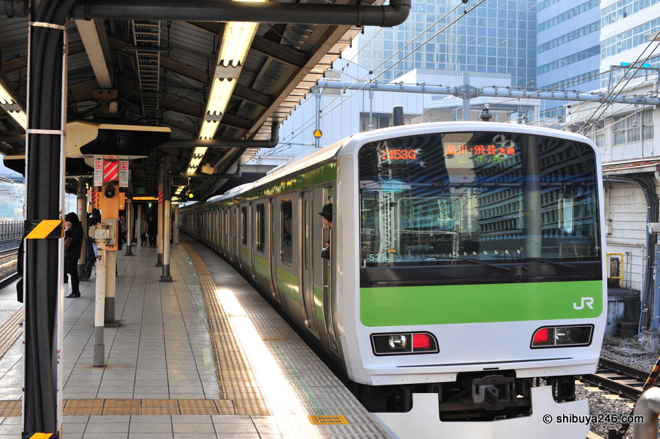The Yamanote Line leaves the platform.