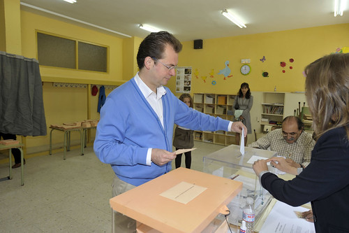 Francisco Jorge, en el momento de meter su voto en las urnas. / PEDRO L. MERINO