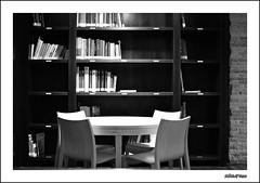 Mini biblioteca (ADRIANGV2009) Tags: byn valencia museu bin biblioteca adrian museo libros historia mesa sillas estanteria llibres taula cadires mislata sueca adriangv2009 prestageria