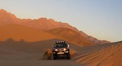 powering up the dunes. (shine_on) Tags: sand desert offroad 4x4 dunes dune toyota jeddah suv fj landcruiser blazer saudiarabia cruiser k5  fjcruiser       feshfesh    mastoora