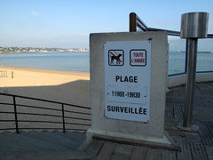 Plage surveille (wolfgangp_vienna) Tags: sea france beach strand frankreich meer village bayonne saintjeandeluz stjeandeluz pyrnesatlantiques marcantabrico kleinstadt golfvonbiskaya kantabrischesmeer