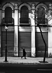 Presos urbans (dp Chaigneau fotos) Tags: street people urban bw white black blancoynegro valencia metal photoshop photo expo gente pentax walk negro steps streetphotography sigma bn bin vida hurry fotografia smc gent blanc f28 carrer negre pres puertas callejero preso prisa 2470mm sigma2470mmf28exdg blackwhitephotos pases pentaxk100dsuper carrars davidpons dpchaigneau dpchaigneaufotosblogspotcom pasfermperlavida noorderlicht2011 expoproject elpasunavisiodelesserurba