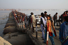 Allahabad Bridge (sebastien banuls) Tags: voyage street morning travel winter cold men festival fog walking photography photographie religion foggy indie indians  indi indien hind indi ganga pradesh hodu sangam pilgrims allahabad uttar indland prayag  hindistan gange uttarpradesh  svastika indija  desha ndia hindustan hindus  bharata   hiduism  hindia ardhkumbhmela   sdhu  indhiya bhratavarsha bhrrowtbaurshow  hndkastan       bhrata deshamu