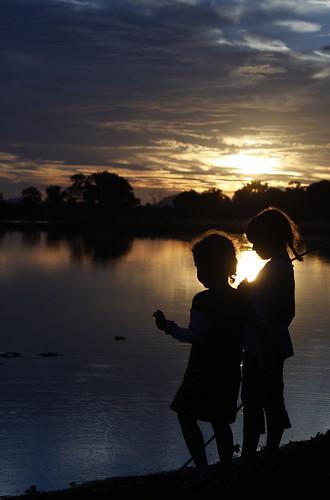 フリー画像| 人物写真| 子供ポートレイト| 外国の子供| 少女/女の子| 兄弟/姉妹| シルエット| 湖の風景|    フリー素材|