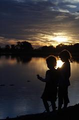 [フリー画像] [人物写真] [子供ポートレイト] [外国の子供] [少女/女の子] [兄弟/姉妹] [シルエット] [湖の風景]    [フリー素材]