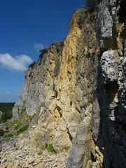la parete con al centro la zona con frane di crollo recenti RN