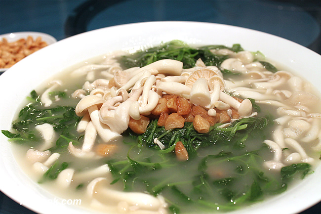 Chinese Spinach simmered with Nameko Mushroom in Fish Stock