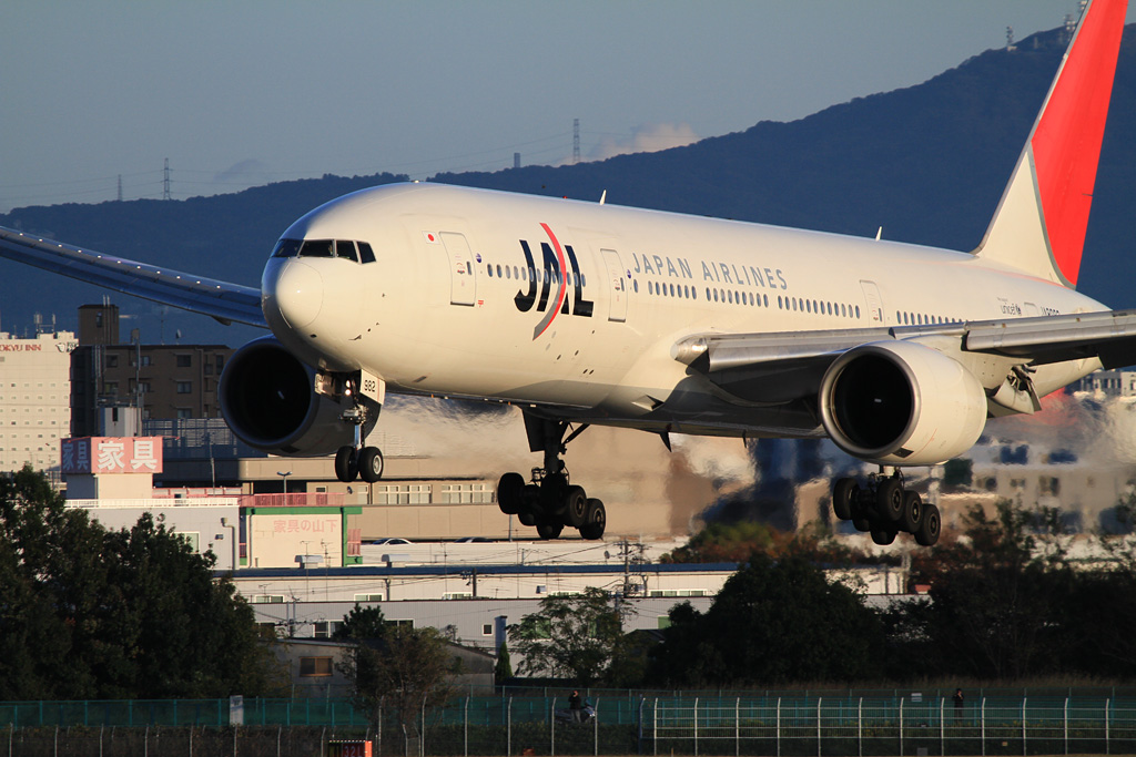 JAL's B777-200 (JA8982) will land soonly
