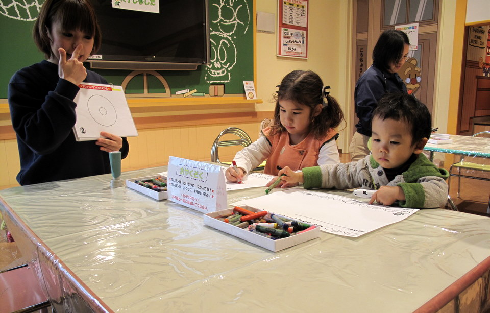 They showed the kids how to draw anpanman.
