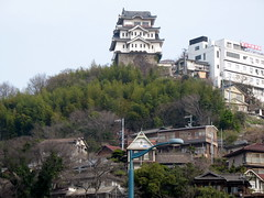 2480 Onomichi Castle (mari-ten) Tags: mountain building nature japan architecture zoom lookingup hiroshima sanyo  2008   onomichi castlewall eastasia japanesecastle japanesearchitecture  18  200804 20080402  seishun18travel