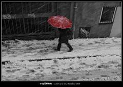 Colors a la neu (B&W&c) (Òscar Garriga) Tags: barcelona red snow blanco spain rojo sony nieve nevada negro catalonia vermell catalunya alpha bwc paraguas temporal neu a700 paraigües nevat