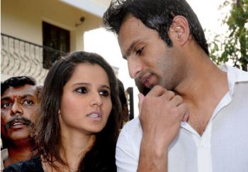 Shoaib Malik and Sania Mirza addressing a jam packed media