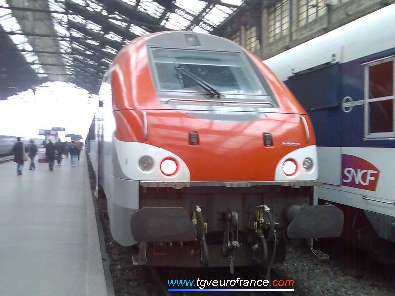 Une voiture Corail B5uxh SNCF d'Alstom stationne sur un des quais sous la verrière de Paris-Gare de Lyon