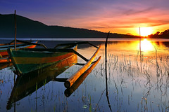 Beratan Sunrise #2 (tropicaLiving - Jessy Eykendorp) Tags: light bali lake reflection tree green nature water clouds sunrise indonesia landscape boat efs1022mm bedugul ulundanu outdoorphotography candikuning canoneos50d tropicaliving hitechfilters vosplusbellesphotos rawproccessedwithdigitalphotopro tiffproccessedwithadobephotoshopcs3 beratansunrise2