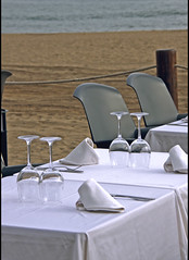 Compañía (: metamorfosis :) Tags: barcelona bcn barna playa platja mar mediterráneo mediterrani sorra arena mesa taula restaurant restaurante copas copes mantel silla cadira