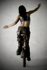 [フリー画像] [人物写真] [女性ポートレイト] [後ろ姿] [一輪車]       [フリー素材]