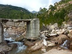 Sentier du ruisseau de Sainte-Lucie : pont du ruisseau de Sainte-Lucie et Punta di Bonifacio
