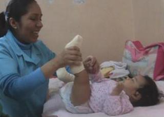 Doctora atendiendo a una niña