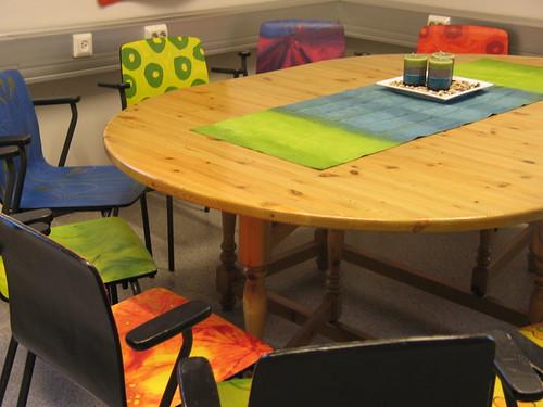 在手工藝中心裡獲得新生的美麗彩椅