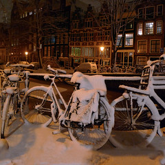A too cold saddle for biking (Bn) Tags: city bridge snow amsterdam topf50 nightshot letitsnow topf100 sneeuwpoppen gezellig winterwonderland sneeuwpret tms bloemgracht sneeuwvlokken winterscene toocold amsterdambynight tellmeastory 100faves 50faves spiegelglad prachtigamsterdam bikecoveredwithsnow januari2010 dichtesneeuw amsterdamonregeld winterdocumentary amsterdamgeniet koplampenindesneeuw geenwinterbanden amsterdamindesneeuw mooiesneeuwplaatjes vallendesneeuwvlokken sleetjerijdenvanafdebrug stadvastdoorzwaresneeuwval sneeuwvalindejordaan heavysnowfallhitsamsterdam autoopdegrachtenindesneeuw sneeuwindejordaan iceageinamsterdam winterin2010 besneeuwdestad prominentfrontdoorsandlargewindows notclosecurtains fietsonderdesneeuw slipperybridges toocoldsaddleforbiking eenpaksneeuw