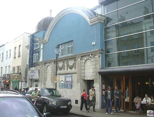 Vista exterior del cine y del restaurante