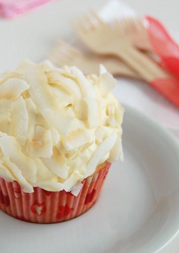 Coconut cupcakes with white chocolate icing / Cupcakes de coco com cobertura de chocolate branco