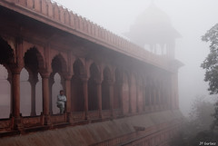 Jama Masjid (jf garbez) Tags: voyage travel people india fog person smog nikon asia delhi indian mosque asie nikkor indien brouillard personne newdelhi inde nationalgeographic mosque jamamasjid olddelhi indienne 18200mm republicofindia shahjahanabad  nikon18200mm d80 nikkor18200mm nikond80 bhratganarjya nationalcapitalterritoryofdelhi   btimentsreligieux nikonpassion nikkor1802000mmf3556 religiousedifice updatecollection rpubliquedelinde vieuxdelhi