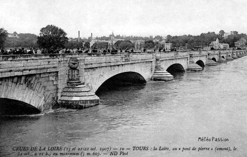 crue de la Loire au pont de Pierre de Tours le 22 octobre 1907