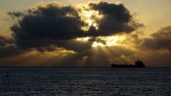 Hacia el mas all...sin rumbo (El Loco de Smara) Tags: luz sol mar barco amanecer nubes tenerife reflejos rayos nwn sanandrs