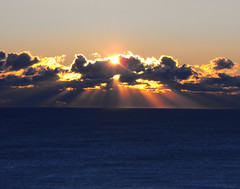 [フリー画像] [自然風景] [朝日/朝焼け] [水平線/地平線] [太陽光線] [雲の風景]      [フリー素材]