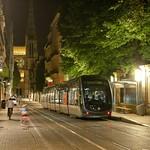 Bordeaux: Le tramway dans la rue Vital Carles de nuit, cathédrale Saint-André en fond