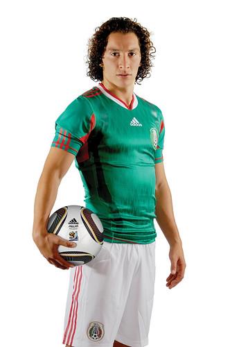 Andres Guardado con la nueva camiseta del tri y el balon Jabulani 05