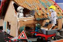 Extreme Makeover - Gingerbread Home Edition (Stfan) Tags: christmas house cake toy actionfigure starwars candy destruction stormtroopers gingerbread sugar stormtrooper gingerbreadhouse figurine nol maison hasbro chantier paindpice lesmaonsducoeur stormtroopers365