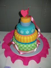 Bolo de Aniversrio 2 (Confetti & Cupcakes) Tags: cupcakes lembrana rosa mini pasta confetti lindo americana bolo festa aniversrio bolos drika andares camadas novaes decorado gostosos decorados confettiecupcakes