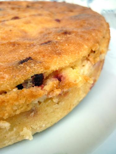 torta di semola con fragole essiccate e mandorle