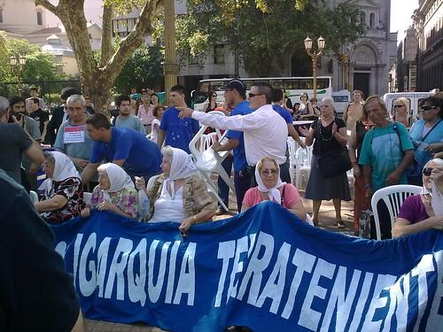 Madres en la Plaza de Mayo (2)