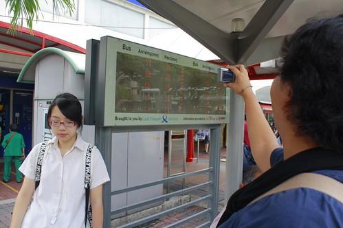 ... Plus di halte ada info rute, no. bis dan harga untuk masing-masing