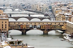 Ponte vecchio: golf e neve (lucesucarta) Tags: auto bridge roof winter house snow cold building tree window water lamp car river golf florence casa tetto hole riva fiume pillar bank finestra neve pont firenze arno tp albero acqua inverno costruzione distillery freddo pontevecchio lampione buca pilastro flickraward bellitalia 100commentgroup waterenvirons mygearandme mygearandmepremium mygearandmebronze mygearandmesilver shutterismclub
