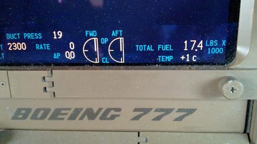 Como é feita a medição da quantidade de combustível nos tanques dos aviões?