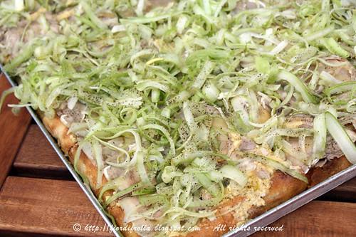 Pizza con crema di ceci al limone, coppa affettata e sedano al pepe
