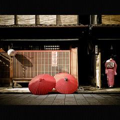 Miyagawa-cho (Masahiro Makino) Tags: red japan umbrella photoshop kyoto casio maiko adobe mobilephone   kimono lightroom   w53ca exilim 20081129112023w53calps640p