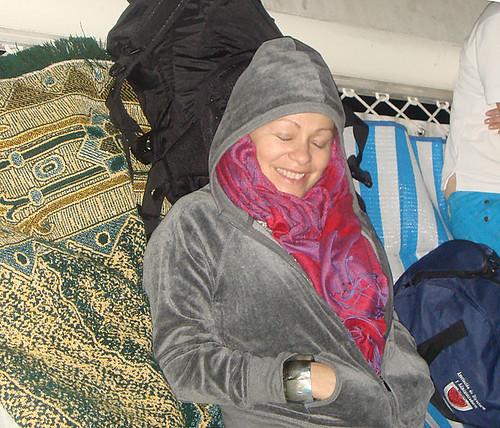Acostada sobre las mayas en el catamarán