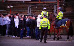 Queue (eisenbahner) Tags: street horse station caballo cheval fan football riot uniform gare strasse group police railway bahnhof lancashire line railwaystation queue trainstation preston match fans rue convoy polizei konie escort policia uniforme paard polizia rel grupa politie hooligan uproar policja zamieszki ko policie  ulica kolejka sportfan dworzec meute estacindeferrocarril mecz chuligan sommossa policjant k uniforma stacja mundur disturbio stacjakolejowa hauspferd gareferroviaire policjanci elezninstanice policjakonna strasenschlacht  rozruchy eskorta