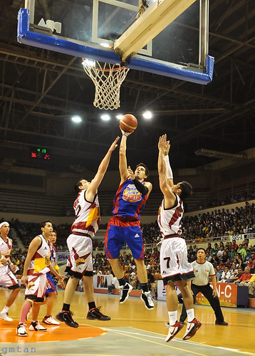 Marc Pingris dominates SMB with 15 pts and 13 rebs