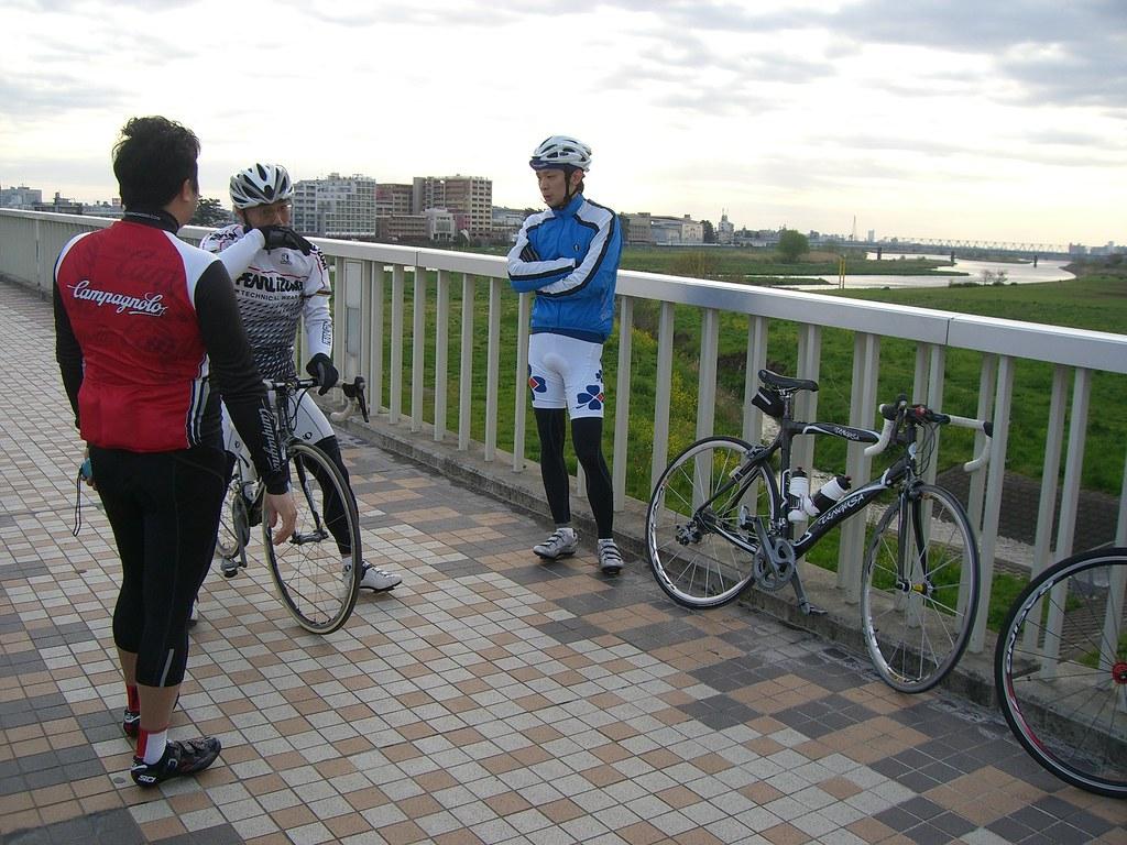 多摩川原橋に集合。左からゴンベドールさん、オヤジさん、テングサ君