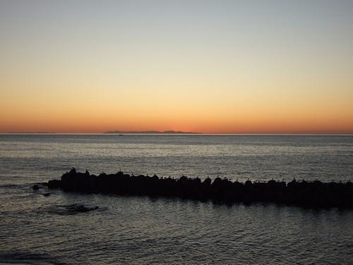 粟島と佐渡島と夕日~笹川流れ