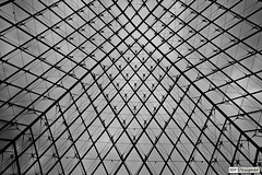 Pirmide - Pyramide (rbpdesigner) Tags: bw paris france slr art linhas museum canon lights luces blackwhite europa europe ledefrance museu arte noiretblanc louvre culture frana pb muse bn 5d luzes museo francia pretoebranco cultura negre palaisdulouvre parijs pars parigi grafismo geometria musedulouvre thelouvre champslyses pirmide louvremuseum  retas pary parys    llens canoneos5d  pariis museudolouvre 1erarrondissement canonllens museodellouvre parizo 1arrondissement  lentel grandlouvre lapyramideinverse canonef1635mmf28liiusm velhomundo schwarzundweis pirmideinvertida greatlouvre velhocontinente palciodolouvre  pars