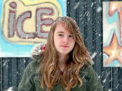 [フリー画像] [人物写真] [子供ポートレイト] [外国の子供] [少女/女の子] [粉雪]      [フリー素材]